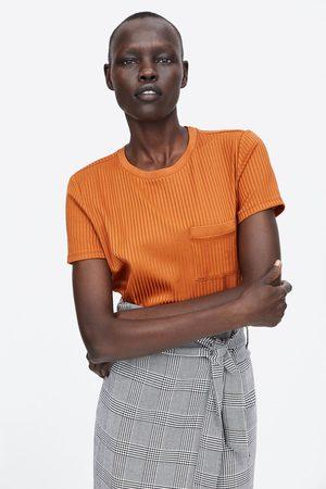 Zara T-SHIRT CANELADA COM BOLSO