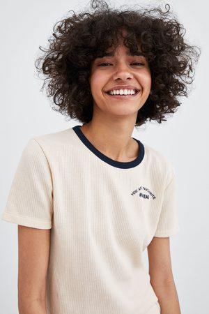 Zara T-SHIRT COM NERVURAS E TEXTO