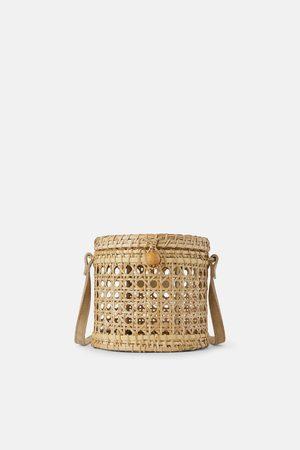 Zara Mala a tiracolo cesta de vime