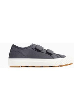 a3d90d4bc2 Homem  Sapatos  Zara    20% desconto. SALDOS. Zara Ténis de tiras com  mensagens na sola
