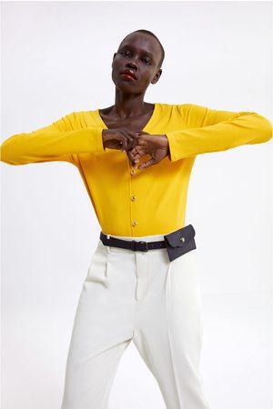 Zara T-shirt c/ botão dourado