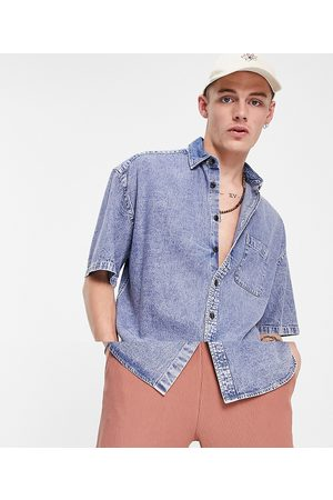 ASOS Homem Casual - Oversized short sleeve denim shirt in acid wash-Blue