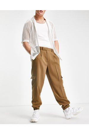 ASOS Homem Calças Cargo - Oversized tapered cargo smart trousers in tan crepe-Green
