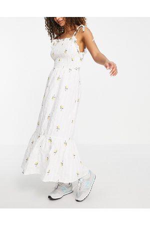 ASOS DESIGN Senhora Vestidos Estampados - Textured shirred midi dress with floral embroidery in white