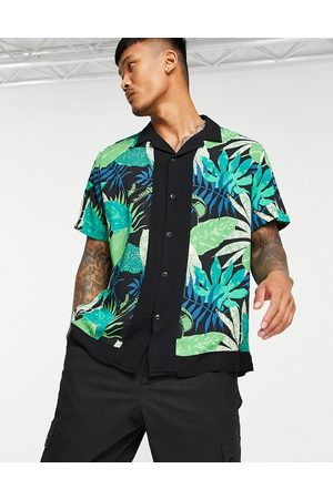 ASOS Homem Casual - Relaxed revere shirt in leaf print with border-Green