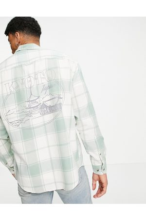 ASOS Homem Casual - 90s oversized check shirt with back city print-White