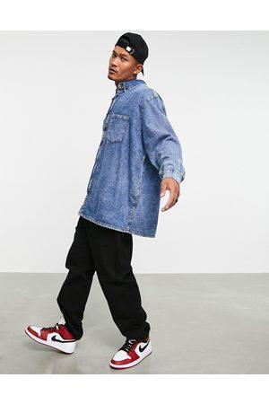 ASOS Homem Casual - Extreme oversized denim shirt in acid wash-Blue