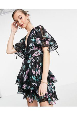 ASOS DESIGN Senhora Vestidos de Festa - Tiered mini dress with puff sleeve in burnout stripe in dark floral-Multi