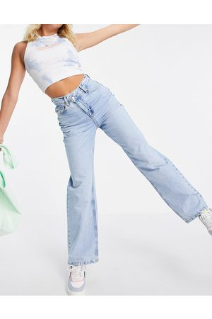 ASOS DESIGN Senhora Boyfriend - Organic cotton blend 'relaxed' dad jeans with stepped waistband in midwash-Blue