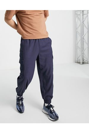 ASOS DESIGN Homem Calças Cargo - Linen mix oversized tapered trousers with cargo pockets in navy