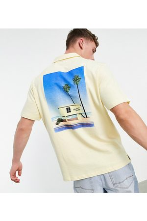 Reclaimed Vintage Homem Manga curta - Inspired jersey shirt with holiday graphic-Yellow