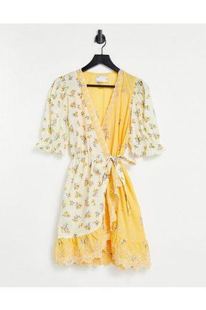 ASOS Senhora Vestidos Estampados - Cotton wrap mini dress with broderie trim in mixed floral print-Multi