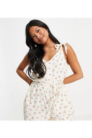 Pieces Senhora Macacões Curtos - Tie waist playsuit in cream & pink floral-Multi