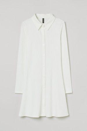 H&M Vestido camiseiro canelado