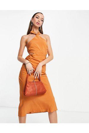 ASOS Senhora Vestidos de Festa - Textured halter midi dress with ruched back strap detail in rust-Brown