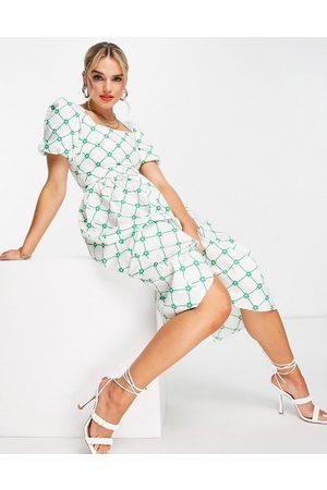 Glamorous Senhora Vestidos Casual - Square neck midi smock dress in green check floral-White