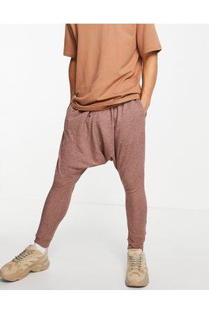 ASOS DESIGN Homem Joggers - Lounge faux knit drop crotch joggers in brown