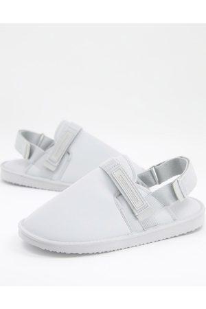 ASOS Unrvlld Spply Homem Conforto - Slip on tech slippers in ice grey with back strap-White
