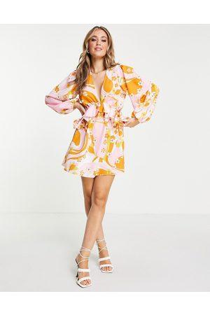 John Zack Senhora Vestidos Casual - Exclusive plunge front tiered ruffle mini dress in multi orange swirl print-Blue