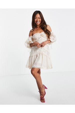 ASOS Senhora Vestidos de Festa - Off shoulder twist detail voile mini dress with lace trim-Pink