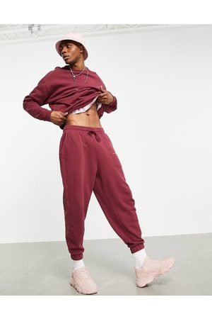 ASOS DESIGN Homem Joggers - Co-ord oversized joggers in washed burgundy organic cotton with text print-Red