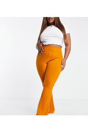 ASOS Mulher Calças - ASOS DESIGN Curve rib kick flare trouser in mustard orange
