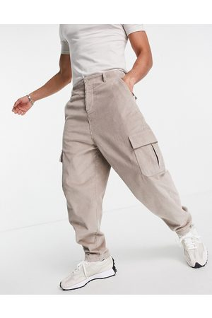 ASOS DESIGN Homem Calças Cargo - Oversized tapered fit trousers with cargo pockets in cord-Neutral