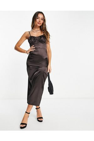Flounce London Mulher Vestidos de Festa - Satin midi dress with ruched cup details in midnight brown