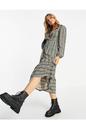 ASOS Mulher Vestidos Casual - Midi smock dress with frill neck and tiered hem in grey and green check print