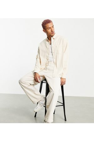 ASOS Homem Casual - 90s oversized denim shirt in washed almond-Brown