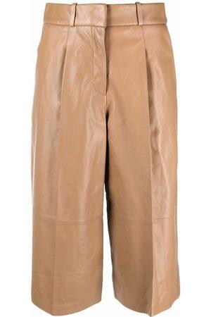 arma leder Mulher Calções - Pleat-detail leather knee-length shorts