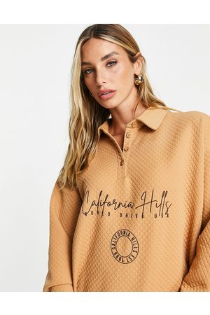 River Island Mulher Camisolas com capuz - California embroidered polo collared quilted sweatshirt co-ord in brown
