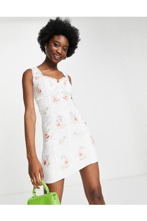 ASOS Mulher Vestidos de Festa - Ruched chiffon mini dress with pop floral embroidery-White