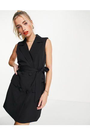 In The Style Mulher Vestidos de Festa - X Billie Faiers sleeveless tuxedo dress with belt in black