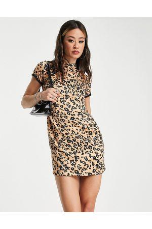 Twisted Wunder Mulher Vestidos de Festa - High collar shift mini dress in leopard print-Brown